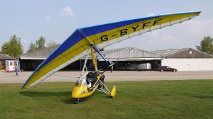 800px-Microlight_at_Sibbertoft_Airfield_-_Flickr_-_mick_-_Lumix