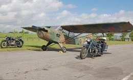 Magic: Flanked by two motorcycles from the period, the aircraft stand proudly on a runway